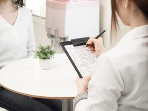 痩身エステ施術前に問診を受ける女性